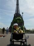 Philémon poussette tour Eiffel.JPG